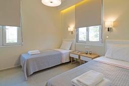 Спальня 2. Греция,  Ханья : Современный апартамент в комплексе с бассейном, в 50 метрах от пляжа, с гостиной, тремя спальнями, двумя ванными комнатми и балконом с видом на море