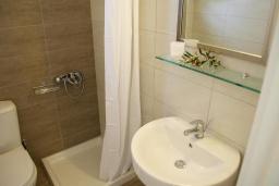 Ванная комната. Греция, Ваи : Прекрасная студия с террасой и видом на море, в 30 метрах от пляжа