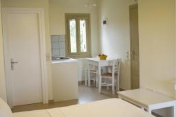 Студия (гостиная+кухня). Греция, Ваи : Прекрасная студия с террасой и видом на море, в 30 метрах от пляжа