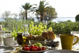 Терраса. Греция, Ваи : Прекрасный апартамент с гостиной, отдельной спальней и террасой с видом на море, в 30 метрах от пляжа