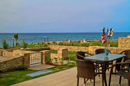 Терраса. Греция, Гувес : Роскошная вилла в 30 метрах от пляжа и с видом на море, 4 спальни, 3 ванные комнаты, тренажерный зал, зеленый дворик, парковка, Wi-Fi