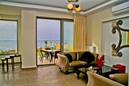 Гостиная. Греция, Гувес : Роскошная вилла в 30 метрах от пляжа и с видом на море, 4 спальни, 3 ванные комнаты, игровая комната с бильярдом, зеленый дворик, парковка, Wi-Fi