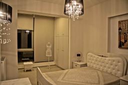Спальня 3. Греция, Гувес : Роскошная вилла в 30 метрах от пляжа и с видом на море, 4 спальни, 3 ванные комнаты, игровая комната с бильярдом, зеленый дворик, парковка, Wi-Fi