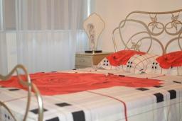 Спальня 2. Греция, Гувес : Роскошная вилла в 30 метрах от пляжа и с видом на море, 3 спальни, 3 ванные комнаты, зеленый дворик, парковка, Wi-Fi