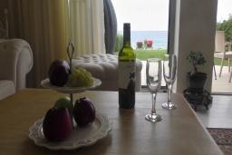 Обеденная зона. Греция, Гувес : Роскошная вилла в 30 метрах от пляжа и с видом на море, 3 спальни, 3 ванные комнаты, зеленый дворик, парковка, Wi-Fi