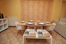Обеденная зона. Греция, Малеме : Уютный дом в 80 метрах от пляжа, 3 спальни, 2 ванные комнаты, терраса с видом на море, Wi-Fi