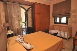 Спальня. Греция, Малеме : Уютный дом в 80 метрах от пляжа, 3 спальни, 2 ванные комнаты, терраса с видом на море, Wi-Fi