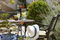 Территория. Греция, Гувес : Прекрасная вилла в 50 метрах от пляжа с зеленым двориком, 3 спальни, 2 ванные комнаты, барбекю, парковка, Wi-Fi
