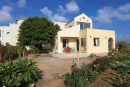 Фасад дома. Греция, Киссамос Кастели : Уютная вилла с зеленым двориком и видом на море, 2 спальни, парковка, Wi-Fi
