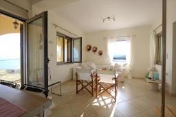 Гостиная. Греция, Киссамос Кастели : Уютная вилла с зеленым двориком и видом на море, 2 спальни, парковка, Wi-Fi