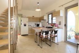 Кухня. Греция, Киссамос Кастели : Уютная вилла с зеленым двориком и видом на море, 2 спальни, парковка, Wi-Fi
