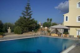 Бассейн. Греция, Гувес : Роскошная вилла с бассейном и двориком с барбекю, 5 спален, 5 ванных комнат, парковка, Wi-Fi