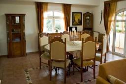 Обеденная зона. Греция, Гувес : Роскошная вилла с бассейном и двориком с барбекю, 5 спален, 5 ванных комнат, парковка, Wi-Fi