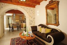 Гостиная. Греция, Ретимно : Роскошная вилла с бассейном, двориком с барбекю и детской площадкой, 2 гостиные, 3 спальни, 3 ванные комнаты, парковка, Wi-Fi
