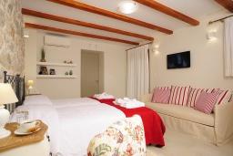 Спальня. Греция, Ретимно : Роскошная вилла с бассейном, двориком с барбекю и детской площадкой, 2 гостиные, 3 спальни, 3 ванные комнаты, парковка, Wi-Fi