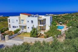 Фасад дома. Греция, Скалета : Роскошная вилла с бассейном и зеленым двориком с барбекю, 2 гостиные, 3 спальни, 2 ванные комнаты, парковка, Wi-Fi