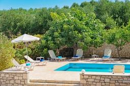 Бассейн. Греция, Скалета : Роскошная вилла с бассейном и зеленым двориком с барбекю, 2 гостиные, 3 спальни, 2 ванные комнаты, парковка, Wi-Fi