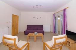 Гостиная. Греция, Скалета : Роскошная вилла с бассейном и зеленым двориком с барбекю, 2 гостиные, 3 спальни, 2 ванные комнаты, парковка, Wi-Fi