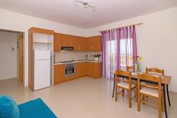 Кухня. Греция, Скалета : Роскошная вилла с бассейном и зеленым двориком с барбекю, 2 гостиные, 3 спальни, 2 ванные комнаты, парковка, Wi-Fi
