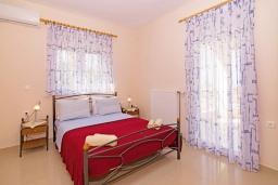 Спальня. Греция, Скалета : Роскошная вилла с бассейном и зеленым двориком с барбекю, 2 гостиные, 3 спальни, 2 ванные комнаты, парковка, Wi-Fi