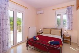 Спальня 2. Греция, Скалета : Роскошная вилла с бассейном и зеленым двориком с барбекю, 2 гостиные, 3 спальни, 2 ванные комнаты, парковка, Wi-Fi
