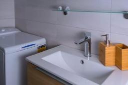 Ванная комната. Греция, Айос Николас : Апартамент недалеко от пляжа, с гостиной, отдельной спальней и балконом с шикарным видом на море