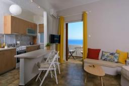 Гостиная. Греция, Айос Николас : Апартамент недалеко от пляжа, с гостиной, отдельной спальней и балконом с шикарным видом на море