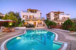 Фасад дома. Греция, Панормо : Роскошная вилла с бассейном и двориком с барбекю, 4 спальни, 2 ванные комнаты, парковка, Wi-Fi