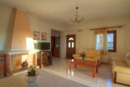 Гостиная. Греция, Панормо : Роскошная вилла с бассейном и двориком с барбекю, 4 спальни, 2 ванные комнаты, парковка, Wi-Fi