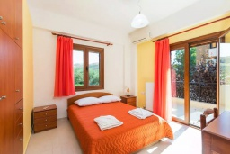 Спальня. Греция, Панормо : Роскошная вилла с бассейном и двориком с барбекю, 4 спальни, 2 ванные комнаты, парковка, Wi-Fi