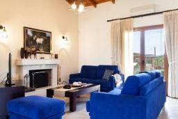 Гостиная. Греция, Херсонисос : Прекрасная вилла с зеленым двориком и барбекю, 3 спальни, 2 ванные комнаты, парковка, Wi-Fi