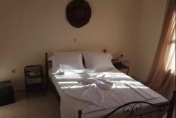 Спальня. Греция, Георгиуполис : Прекрасная вилла с бассейном и зеленым двориком с барбекю, 3 спальни, парковка, Wi-Fi