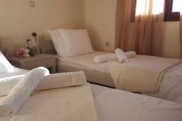Спальня 2. Греция, Георгиуполис : Прекрасная вилла с бассейном и зеленым двориком с барбекю, 3 спальни, парковка, Wi-Fi