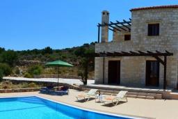 Фасад дома. Греция, Коккино Хорио : Прекрасная вилла с бассейном и зеленой территорией, 3 спальни, 2 ванные комнаты, барбекю, парковка, Wi-Fi