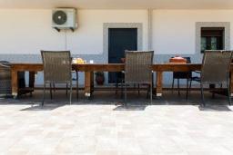 Территория. Греция, Бали : Прекрасная вилла с бассейном и видом на море, 2 спальни, 2 ванные комнаты, барбекю, парковка, Wi-Fi