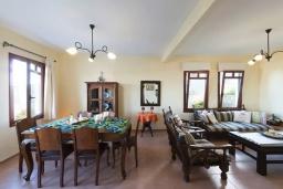 Гостиная. Греция, Коккино Хорио : Прекрасная вилла с бассейном, двориком с барбекю и террасой с видом на море, 3 спальни, 2 ванные комнаты, парковка, Wi-Fi