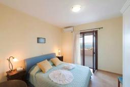 Спальня. Греция, Коккино Хорио : Прекрасная вилла с бассейном, двориком с барбекю и террасой с видом на море, 3 спальни, 2 ванные комнаты, парковка, Wi-Fi