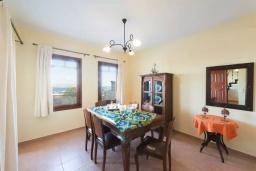 Обеденная зона. Греция, Коккино Хорио : Прекрасная вилла с бассейном, двориком с барбекю и террасой с видом на море, 3 спальни, 2 ванные комнаты, парковка, Wi-Fi