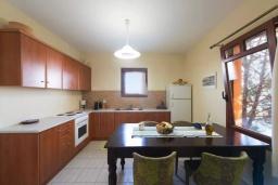 Кухня. Греция, Коккино Хорио : Прекрасная вилла с бассейном, двориком с барбекю и террасой с видом на море, 3 спальни, 2 ванные комнаты, парковка, Wi-Fi