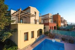 Фасад дома. Греция, Коккино Хорио : Прекрасная вилла с бассейном, двориком с барбекю и террасой с видом на море, 3 спальни, 2 ванные комнаты, парковка, Wi-Fi