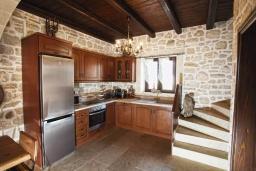 Кухня. Греция, Панормо : Уютный каменный дом с бассейном с джакузи и двориком с барбекю, 2 спальни, 2 ванные комнаты, парковка, Wi-Fi