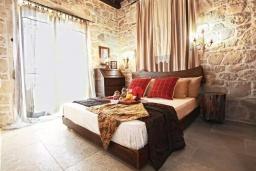 Спальня. Греция, Панормо : Уютный каменный дом с бассейном с джакузи и двориком с барбекю, 2 спальни, 2 ванные комнаты, парковка, Wi-Fi
