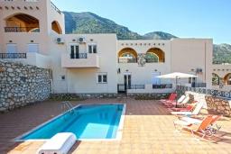 Фасад дома. Греция, Бали : Прекрасная вилла с бассейном и двориком с барбекю, 4 спальни, 3 ванные комнаты, парковка, Wi-Fi