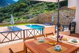 Терраса. Греция, Бали : Прекрасная вилла с бассейном и двориком с барбекю, 4 спальни, 3 ванные комнаты, парковка, Wi-Fi