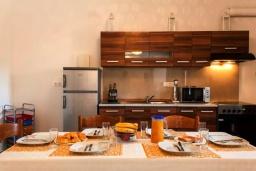 Кухня. Греция, Бали : Прекрасная вилла с бассейном и видом на море, 2 спальни, 2 ванные комнаты, барбекю, парковка, Wi-Fi