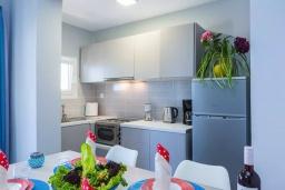 Кухня. Греция, Панормо : Апартамент с гостиной, отдельной спальней и балконом с видом на море
