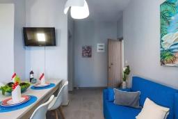 Гостиная. Греция, Панормо : Апартамент с гостиной, отдельной спальней и балконом с видом на море