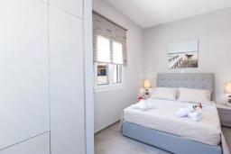 Спальня. Греция, Панормо : Апартамент с гостиной, отдельной спальней и балконом с видом на море
