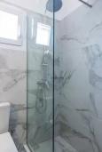 Ванная комната. Греция, Панормо : Апартамент с гостиной, отдельной спальней и балконом с видом на море