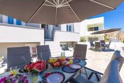 Территория. Греция, Панормо : Апартамент с гостиной, отдельной спальней и балконом с видом на море